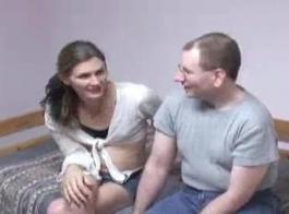 الرجل الأكبر سنا يحصل على ابنته للعب مع نفسها