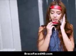 امرأة سمراء في سن المراهقة مع جسم نحيف ستيفي يحصل اثنان من الشباب لامتصاص بوسها وتصبح الشرج