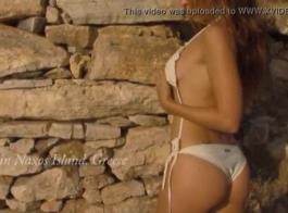لطيف اليونانية في سن المراهقة صغيرة يحصل الموهوب العذراء الهرة في جوارب طويلة