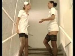 الممرضات الكوبية مثير تبول في الغسيل