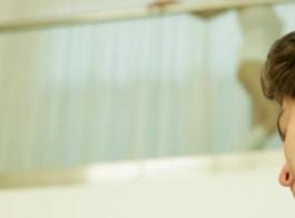 فاتنة شقراء الحسية مع الثدي الصغيرة، هولي هندريكس هو الحصول على موانئ دبي من رجل تحب.