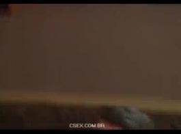 امرأة سمراء ممتعة، سوكالي يركع على الأرض وامتصاص صخرة الديك مثل وقحة حقيقية.