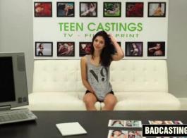 سمراء حلوة في سن المراهقة تبحث في الكاميرا، في حين أن زميله في الغرفة وسيم هو سخيف لها