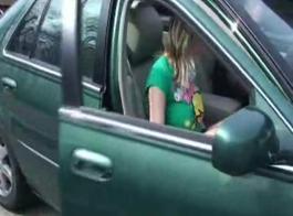 الفتاة قرنية تمتص ديك أفضل صديق لها وركوبها على جهازها، في فترة ما بعد الظهر