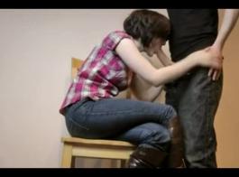 فاتنة الساخنة مع شعر مجعد هو الحصول مارس الجنس في غرفة الخزانة ثم طلب من امتصاص ديك