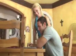 شقراء سلوتي يستخدم فرصة لفرك كس لها، في حين أن صديقها يراقبها في العمل