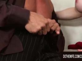شقراء شاحب في اللباس الوردي الضيق، يبدو أنها لديها شيء لشيء اثنين من الديوك الصلبة الكبيرة