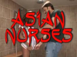 يركب اثنان من الممرضات الآسيوي ديك عملائهم في مكتبه، بينما لا يعملون في العمل