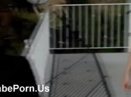 فاتنة اثنين من مصبين قضيب صلب واحد في نفس الوقت، مع المشاركة في حفلة جنسية.