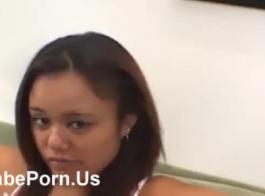 امرأة سمراء غريبة مع الثدي الصغيرة، يأخذ أنتونيا كل ذلك، بينما أمام الكاميرا.