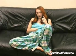 في سن المراهقة سلوتي ينزلق سراويل داخلية جانبا.