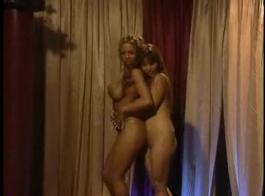 مرسيدس كلو يجعل الحب مع صديقها مثليه وتألم من المتعة، لأنه يبدو جيدا.