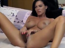 امرأة سمراء رائع، إسيل ألكساندر تحصل مارس الجنس في موقف أسلوب هزلي، والاستمتاع بها كثيرا.