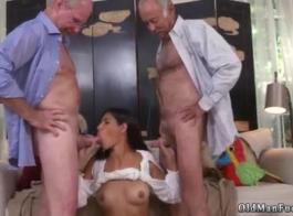 فيكتوريا يونغ مارس الجنس من قبل الحمار المخنثين ملثمين إلى الفم.