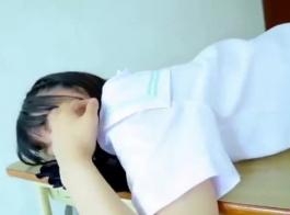 فتاة في المدرسة مع ليغستيف بني مدبوغ تريد أن تمارس الجنس الشرجي