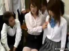 يتبادل طلاب المدارس الثانوية السيدات الأكبر سناً أثناء الدردشة