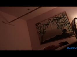 تدليك مثلية لهواة عارية في الأسرة الروسية. فيديو تاتوغ