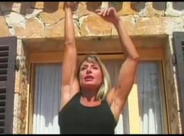مدرب شخصي تم استبدال التدريب السابق للممارسة بفتاة بيضاء قرنية
