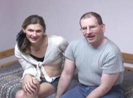 الرجل الأكبر سنًا لا يمكنه مقاومة الاستحمام بنفسها مع خادمه الديك الكبير