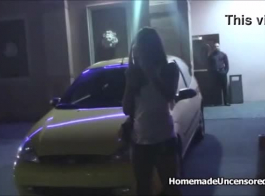 تنحني الفتاة السوداء اللطيفة