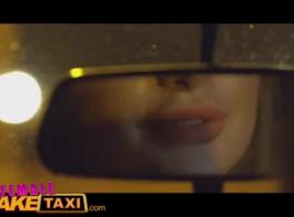 يتم اختيار زبون أنثى تاكسي مزيف