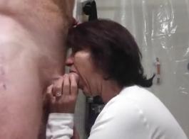 الأم تمتص الديك ويبلل