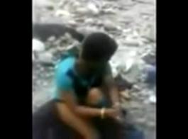 فتاة قروية هندية تمارس الجنس مع صديقها الصبي في طائرات ولعب بوا في زجاجة عالية الفخذ