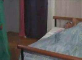 فتاة عربية تشتكي بسرور مع صديقها نائب الرئيس في فمها
