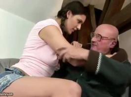 الرجل العجوز على تويتر يجبرني على ممارسة الجنس عدة مرات في المنزل