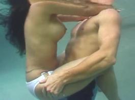 جميع زوجات الهواة الهرة تحت الماء رش مع شخ بعد الخبير