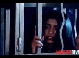 في سن المراهقة لاتينا في قفص وتهتز في الزنزانة