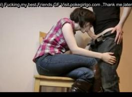الجنس في سن المراهقة مع صديقته ولها العصير مسجلة كس