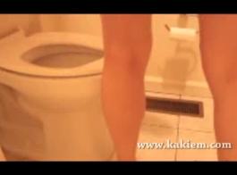 الفتيات يتبولن في المرحاض في الأماكن العامة