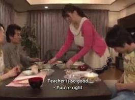مدرس يعلم علم الحشرات ويبتل.