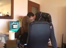 ثلاثة بريطانيين يمارسون الجنس مع الرئيس في المكتب