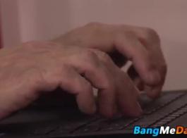 ناضجة وشباب الثلاثي الشرج لممارسة الجنس بالقيادة بواسطة بي بي سي