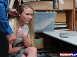 اللص في سن المراهقة شقراء يستقبل صدمة كهربائية من خلال خزانة لها وفي عبودية عبودية التعليق عبودية