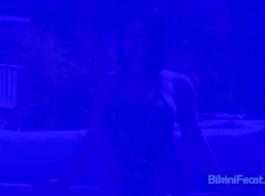 معلق بيكيني امرأة سمراء في سن المراهقة الحصول عليها ضيق كس مارس الجنس على الأريكة