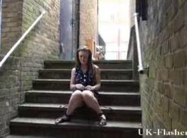 يتم القبض على فتاة اللغة الإنجليزية الشابة وهي قرنية للشرج الخام