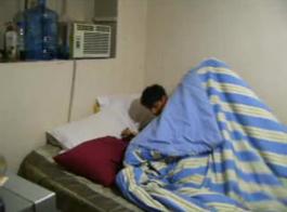 امرأة ناضجة هي ركوب الديك أثناء امتصاص دسار في نفس الوقت، على الأريكة.