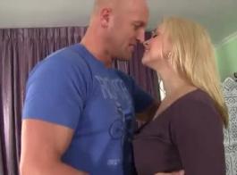 سارة فانديلا هي الحصول على اللعنة الخلفية من صديقها ومحاولة تذوق دسار له.