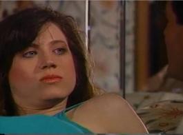 تستخدم الفراخ الحلوة في الغالب استراحات الغداء لديها ممارسة الجنس غير الرسمي مع زميلها في الغرفة.