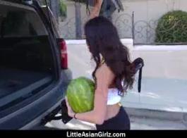 الفتاة الآسيوية الصغيرة تستخدم ثديها لتلبية صديقها، في حين أن الحصول على بوسها يمسح.