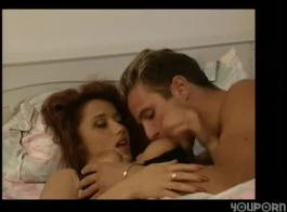 أحمر الشعر جبهة مورو يحب ممارسة الجنس مجموعة، مع اثنين من الرجال وسيم في نفس الوقت.