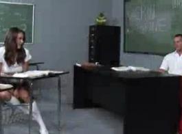 يلعب قرنية في سن المراهقة مع مؤخرتها على كاميرا الويب ونعود كس حلق تماما لذلك.