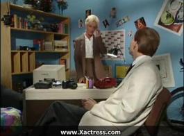 امرأة ألمانية قرنية في ملابس مثيرة هي إعطاء اللسان لشخص يسجل مقطع فيديو.