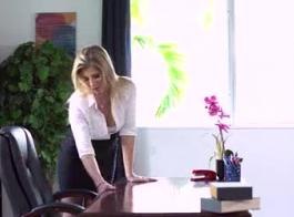 ذهب الأمين الكبير إلى العمل وانتهى منه في ممارسة الجنس بالبخار مع رئيسها، في مكتبه.