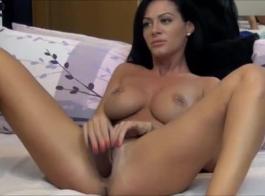 امرأة سمراء رائعة، وقح وحبها الجديد لها ممارسة الجنس مجموعة كبيرة في سريرها الضخم.