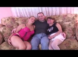 الفتيات الساخنة يلعبون مع دمى الجنس واستمناء في نفس الوقت.