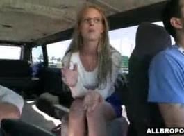 كلية في سن المراهقة خجول تضايق خياطها.